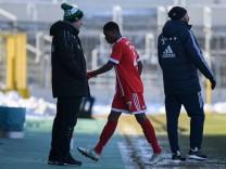 Derrick Köhn Koehn Bayern München FCB 27 verlässt nach seiner roten Karte den Platz Rote Karte; Köhn FCB II vs Eichstätt
