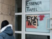 """Tafel Essen: Unbekannte beschmierten die Tür zur Essener Tafel mit den Worten """"Nazis"""" und """"Fuck Nazis""""."""