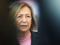 CDU-Bildungsministerin Johanna Wanka besucht eine Bandweberei in der Lausitz.