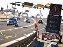 Schild warnt Autofahrer nicht auf das Navi zu vertrauen
