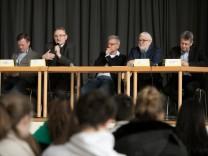 Podiumsdiskussion im Käthe-Kollwitz-Gymnasium. Schüler der zehnten und elften Klasse diskutieren mit Landtagsabgeordneten über Ökologie.
