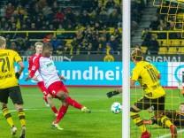 Kevin Danso Ausgburg schiebt den Ball zum Tor zum 1 1 ueber die Linie beim Spiel Borussia Dortmund