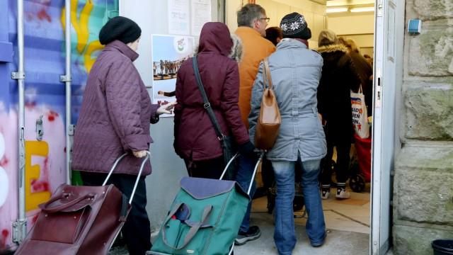Kunden der Tafel Essen gehen mit ihren Einkaufstrolleys zur Ausgabestelle. Die Essener Tafel will im Februar 2018 keine nichtdeutschen Neukunden mehr aufnehmen.