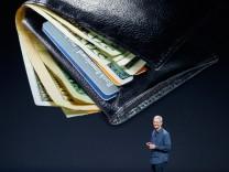 Apple-Chef Tim Cook spricht im Flint Center in Cupertino. Die EU möchte Digitalkonzerne wie Apple, Facebook, Google und Co. ab 2018 stärker besteuern.