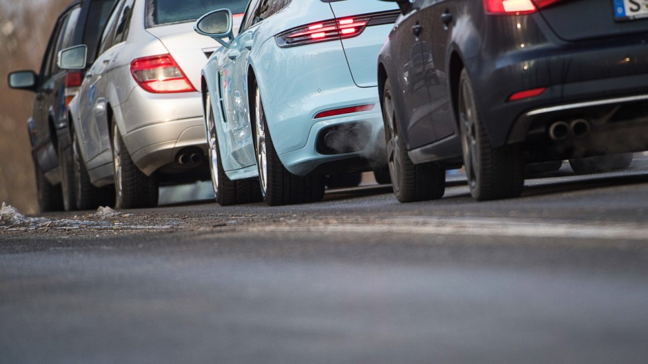 Was bedeutet ein Elektroauto für meinen Alltag? E-Autos sollen irgendwann Fahrzeuge mit Verbrennungsmotor ersetzen – und obwohl es bis dahin noch ein weiter Weg ist: auf den Straßen angekommen sind die Stromer bereits.