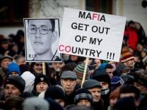 Slowakei: Nach dem Mord an den Journalisten Jan Kuciak protestieren Demonstraten gegen die Regierung.