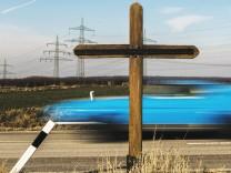 Zwei Kreuze stehen an einer Landstrafle in der NâÄ°he von Wachtberg Nach Angaben des ADAC starben 2017