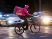 Fahrradkurier vom Internet Portal Foodora liefert warme Speisen aus wie die Kollegen von Deliveroo.