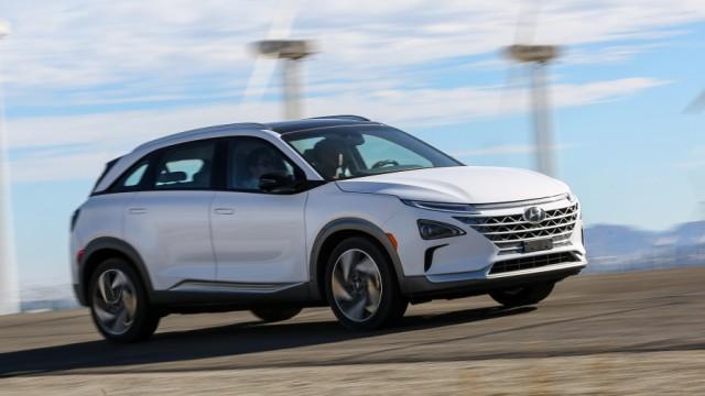 Der Hyundai Nexo fährt mit Brennstoffzellen-Antrieb und erreicht eine Spitzengeschwindigkeit von knapp 180 Km/h.