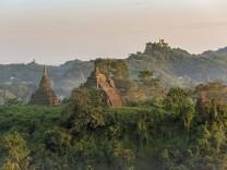 Nebel über Hügeln und Stupas von Mrauk U bei Sonnenuntergang Burma Myanmar Asien *** Mist over hi