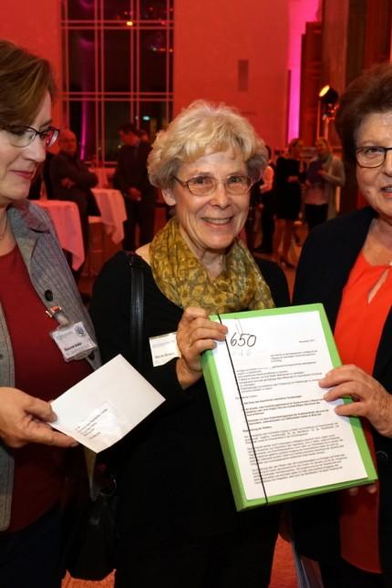 Barbara Stamm empfängt Maria Brand und Susanne Nadler.