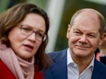 SPD-Fraktionsvorsitzende Andrea Nahles und der kommissarische Parteivorsitzender Olaf Scholz 2018 auf einer Pressekonferenz.