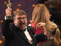 """Oscars 2018: Guillermo del Toro freut sich über den Oscar für die """"Beste Regie"""" bei """"Shape of Water""""."""