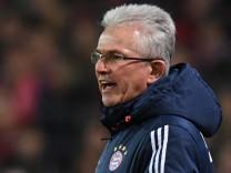 Bundesliga: Bayern-Trainer Jupp Heynckes gibt Anweisungen im Spiel gegen den SC Freiburg.