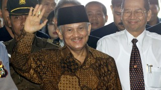 FORMER INDONESIAN PRESIDENT B.J. HABIBIE ARRIVES AT THE ATTORNEY GENERAL OFFICE IN JAKARTA