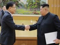 Kim Jong Un spricht mit südkoreanischer Delegation
