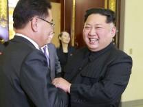 Nordkoreas Machthaber Kim Jong-un begrüßt den südkoreanischen Chefunterhändler Chung Eui-yong