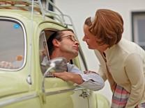 50er Jahre Familie mit ihrem Volkswagen Familienfoto im Stil der 50er Jahre Der Volkswagen Baujahr