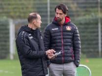 Heiko Herrlich Trainer Bayer 04 Leverkusen bespricht sich mit Jonas Boldt Manager Bayer 04 Leve