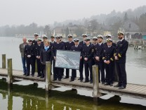 Besatzung des Paten-U-Boots U36 zu Besuch in Starnberg. Ganz rechts U-Boot-Kommandant Michael Rudat, in der MItte Bürgermeisterin Eva John