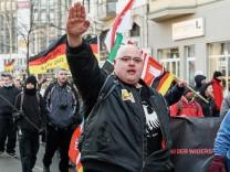 Rechtsextreme Aufmarsch gegen die GroKo und Gegenprotest