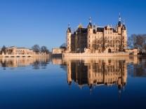 Schweriner Schloss spiegelt sich im Burgsee; Schloss Schwerin