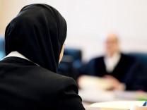 Berufungsverhandlung um Kopftuchverbot: Die Jurastudentin Aqilah S. sitzt mit Kopftuch vor Verhandlungsbeginn im bayerischen Verwaltungsgerichtshof.