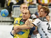 Rafael Baena Gonzales Rhein Neckar Loewen im Zweikampf mit Rune Dahmke THW Kiel und Rene Toft Ha