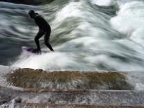 Sport in München: Surfen auf der Eisbachwelle