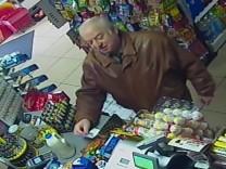 Bilder einer Überwachungskamera eines Geschäftes in Salisbury zeigen den russischen Ex-Agenten Skripal