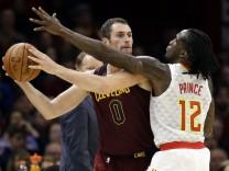 NBA-Profi Kevin Love von den Cleveland Cavaliers im Zweikampf mit Taurean Prince von den Atlanta Hawks.