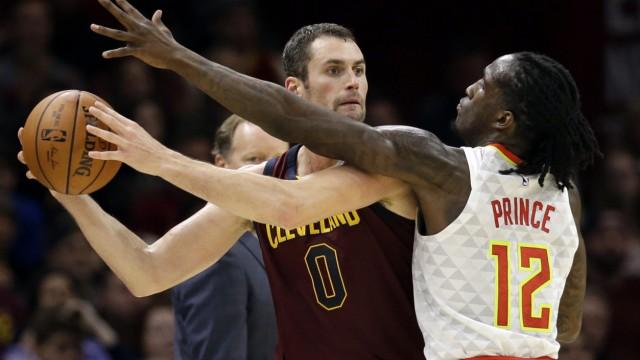 einzelne Basketballspieler, die nach Liebe suchen
