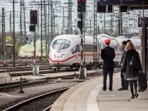 Ein ICE der Deutschen Bahn bei der Einfahrt in den Nürnberger Hauptbahnhof. Das Busunternehmen Flixbus möchte 2018 der Bahn Konkurrenz auf der Schiene machen.