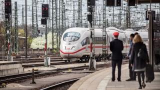 Ein ICE fährt in den Nürnberger Hauptbahnhof ein