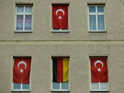deutsche und türkische flaggen an wohnhaus in berlin ; ddp