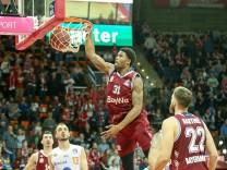 Devin Booker 31 FC Bayern Basketball beim Sprung zum Korb Dunk FC Bayern Basketball vs Mittelde