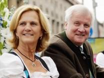 Horst und Karin Seehofer beim Trachtenumzug des Oktoberfests 2015
