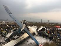 Nepal: Rettungskräfte bergen Opfer und Überlebende eines Flugzeugabsturzes nach Kathmandu im März 2018.