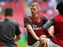 Arsenal-Profi Per Mertesacker wärmt sich vor dem Spiel gegen Chelsea London auf.