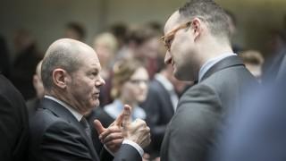 Der designierte Bundesfinanzminister Olaf Scholz (SPD) unterhält sich mit dem designierten Bundesgesundheitsminister Jens Spahn (CDU).