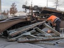 Rangierlok schiebt Waggons in Lastwagen