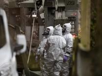 Fall Skripal: Experten in Schutzanzügen in Salisbury