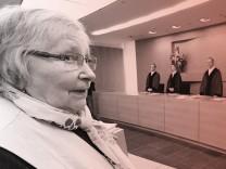 Marlies Krämer wartet im Bundesgerichtshof (BGH) auf den Beginn der Verhandlung - der BGH verhandelt über die Gender-Klage der Sparkassen-Kundin.