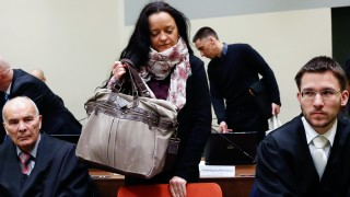 NSU-Prozess: Die Angeklagte Beate Zschäpe kommt zu ihren Anwälten Hermann Borchert und Mathias Grasel in den Gerichtssaal im Oberlandesgericht.