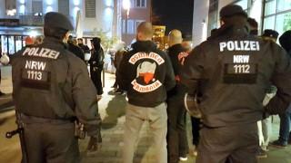 """Polizeibeamte beobachten ein Treffen der """"Osmanen Germania"""" in Neuss."""
