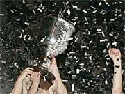 Spieler des THW Kiel jubeln über den CHampions-League-Titel; AP