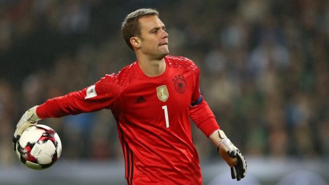 Manuel Neuer beim WM-Qualifikatiosspiel gegen Nordirland - den Nationaltorhüter plagt vor der Fußball-WM in Russland eine hartnäckige Verletzung.