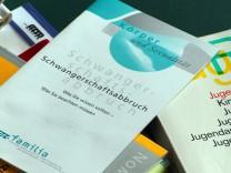 Schwangerschaftsabbruch: Bücher und Informationshefte liegen in einem Raum der Familienberatungsstelle der Diakonie in Bützow.