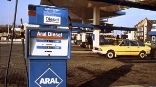 Eine Tankstelle in Wolfsburg 1976 - die Spritpreise von Diesel und Benzin haben auch 2017 stark geschwankt.