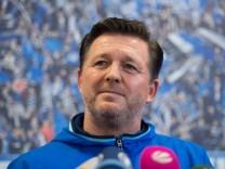 Der neue HSV-Trainer Christian Titz spricht während einer Pressekonferenz zu seiner Vorstellung.